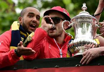 jack-wilshere-theo-walcott-arsenal-fa-cup-trophy-parade-31052015_h6d22yxkvgoj1gv8ewqsxcjnx.jpg